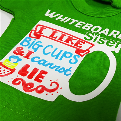 Folia Whiteboard aplicata pe tricou si scrisa cu o creta colorata
