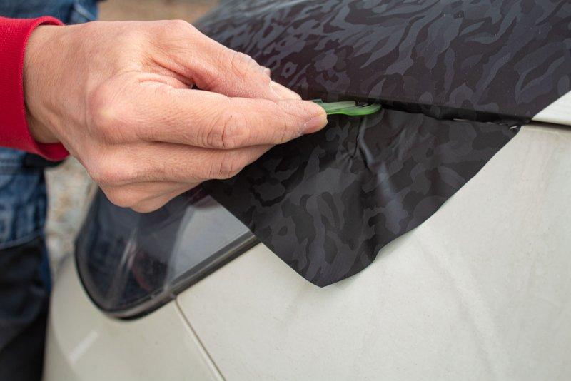 Wrap Defender in actiune: taierea foliei in jurul geamurilor auto, direct pe masina